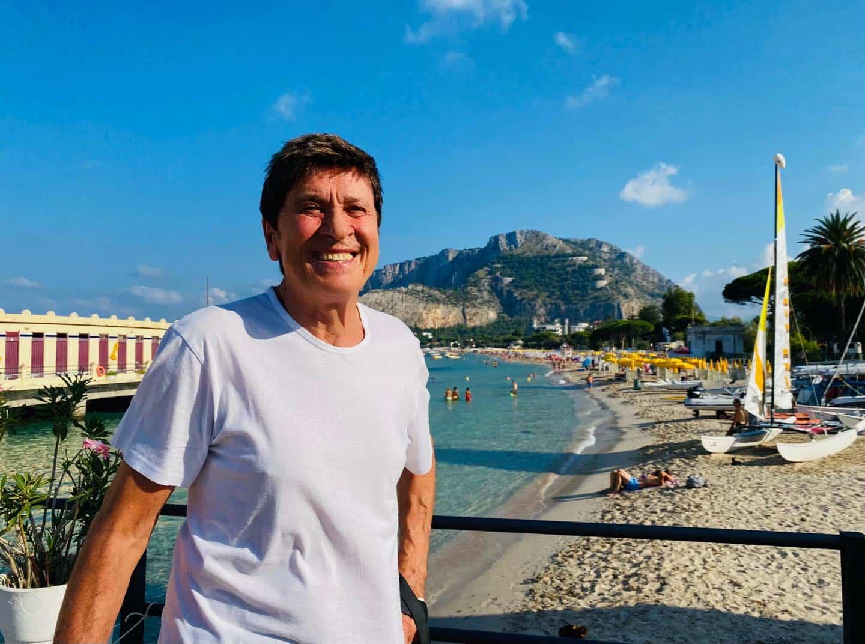 """Gianni Morandi a Mondello, fan scatenati:  """"Da banane e lamponi a pollanche e cocco bello è un attimo"""""""
