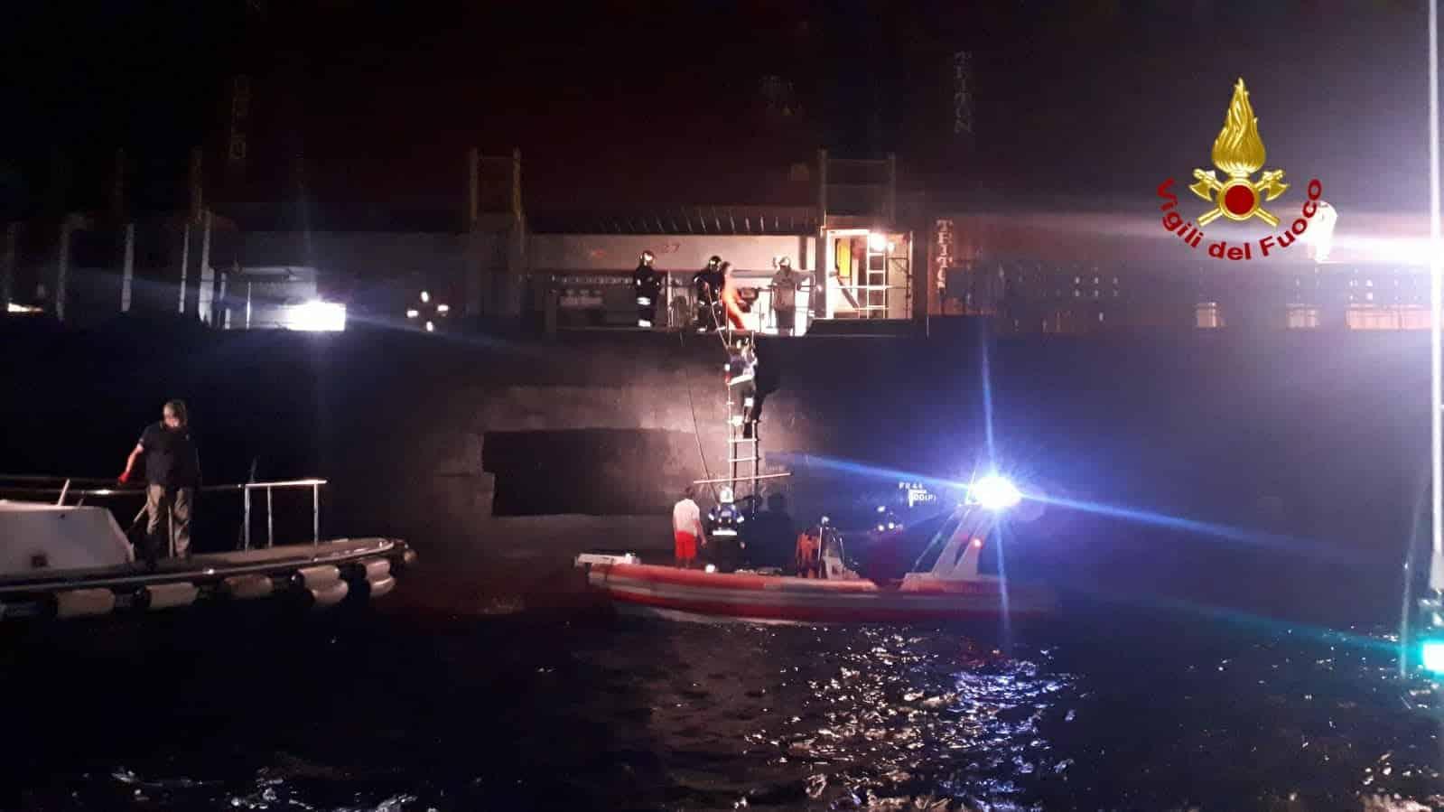 Paura al porto di Catania, fiamme su nave battente bandiera liberiana: vigili del fuoco sul posto – VIDEO