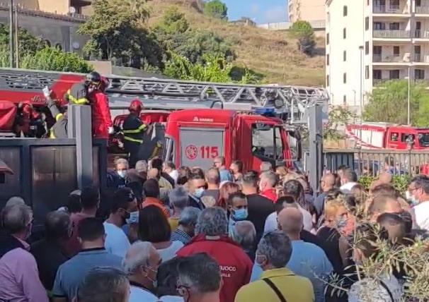 Mario Moretto, ieri l'ultimo saluto al vigile del fuoco stroncato dal malore: bara portata a spalla dai colleghi – VIDEO