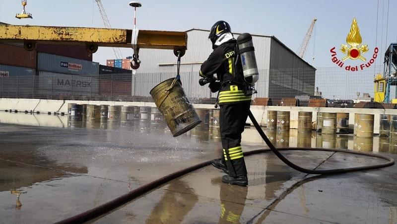 Incendio al Porto di Catania, operazioni di spegnimento ancora in corso: FOTO e VIDEO