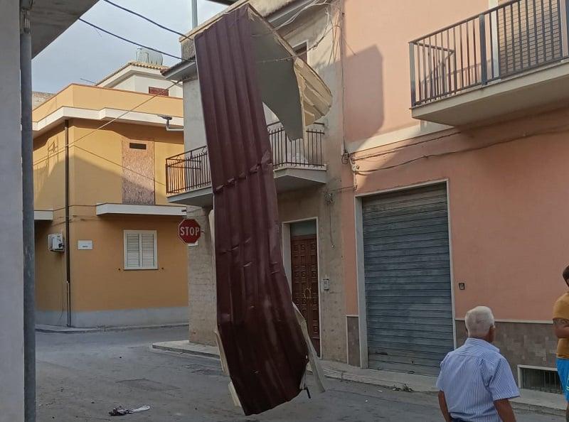 Tromba d'aria in Sicilia, volano tetti e cartelloni pubblicitari – FOTO e VIDEO