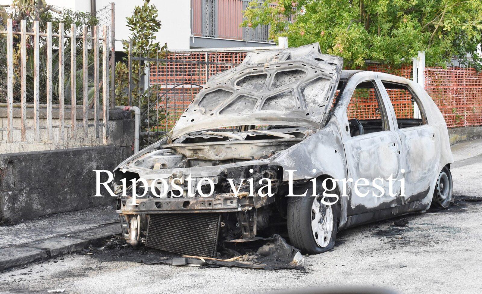 Incendio a Riposto, auto distrutta dalle fiamme