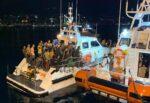 Apprensione al porto dopo lo sbarco di 200 migranti, donna sviene sulla banchina – FOTO