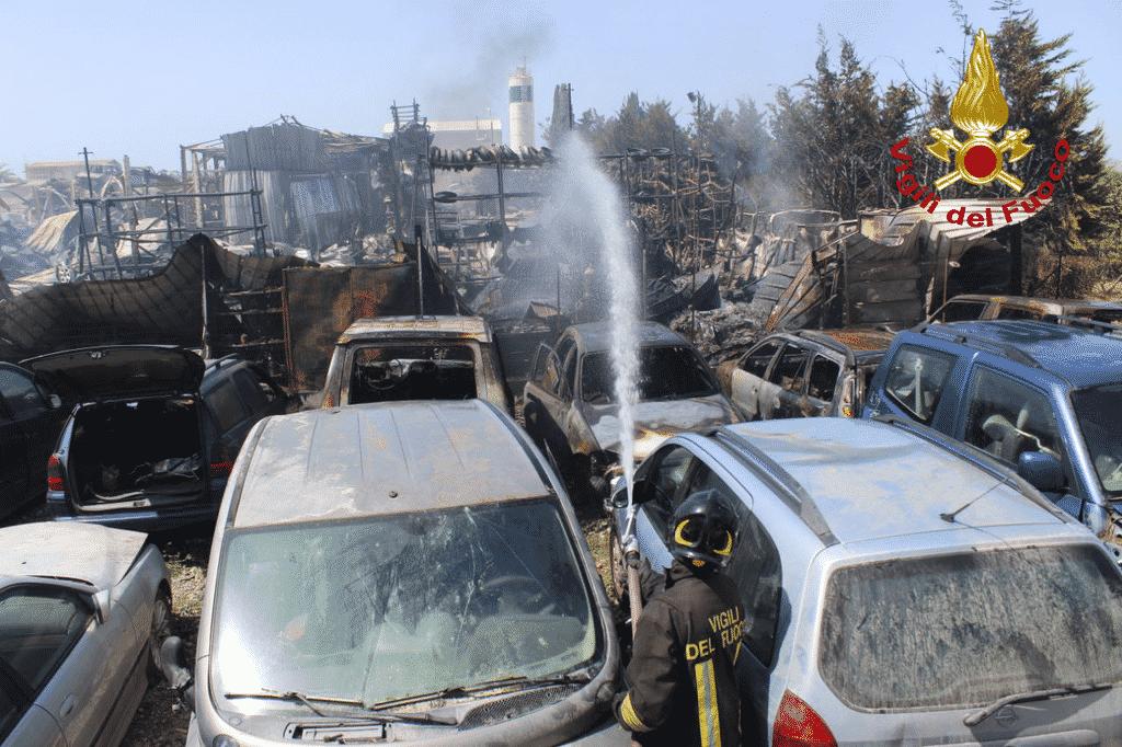 Vasto incendio in un'autodemolizione: oltre un centinaio di veicoli coinvolti – FOTO e VIDEO