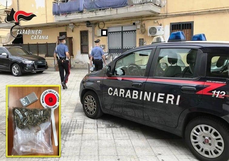 Spaccio in via Duca D'Aosta, carabinieri irrompono in casa di un pregiudicato: ammanettato