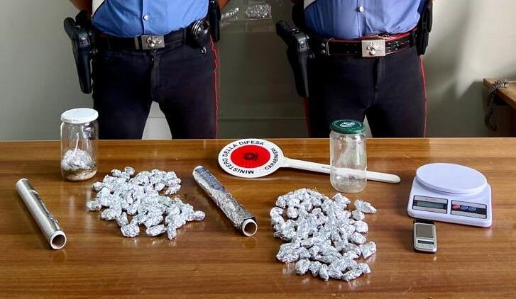 Nascondeva la droga sotto le pietre, uno spacciatore arrestato e un denunciato nel Catanese