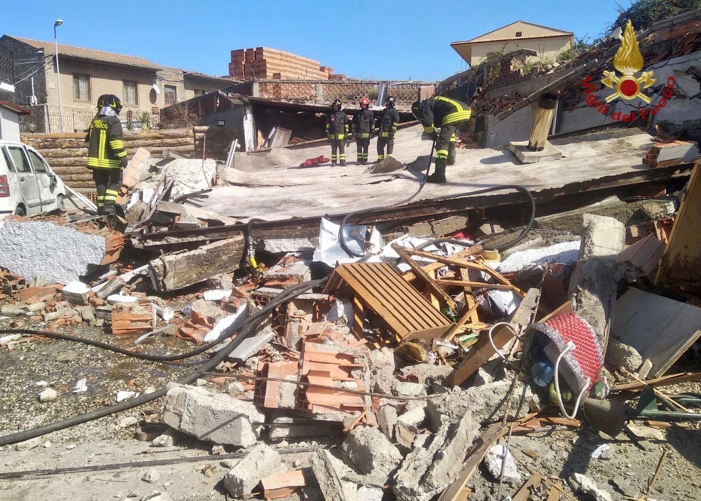 Pomeriggio di paura, locale esplode a Fondachello: si scava tra le macerie