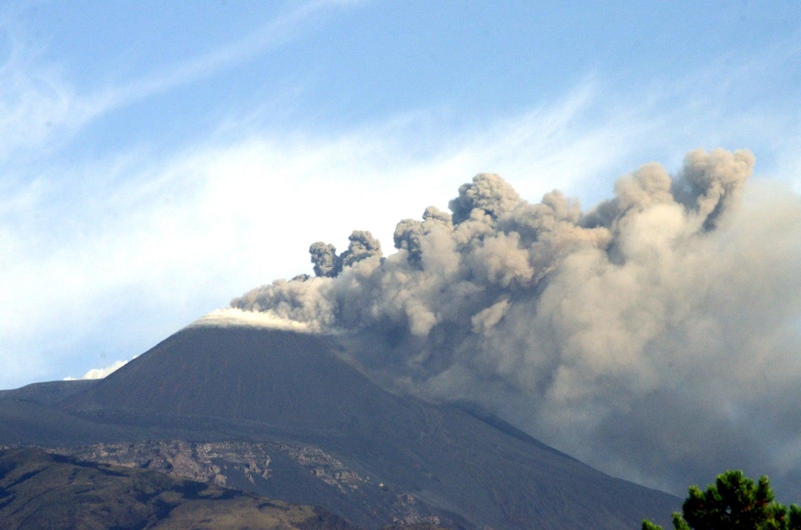 Etna in eruzione, emissione di cenere in corso: il bollettino dell'INGV