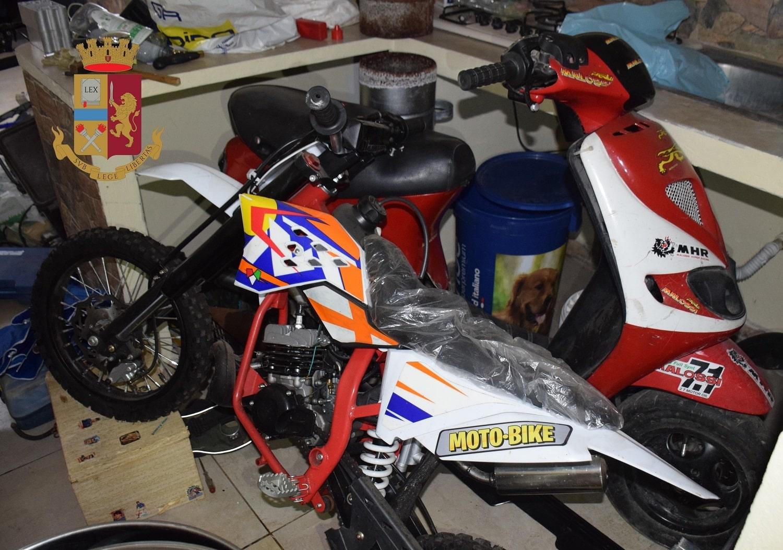 Blitz in un quartiere, scoperto garage pieno di refurtiva: restituita anche un'auto rubata