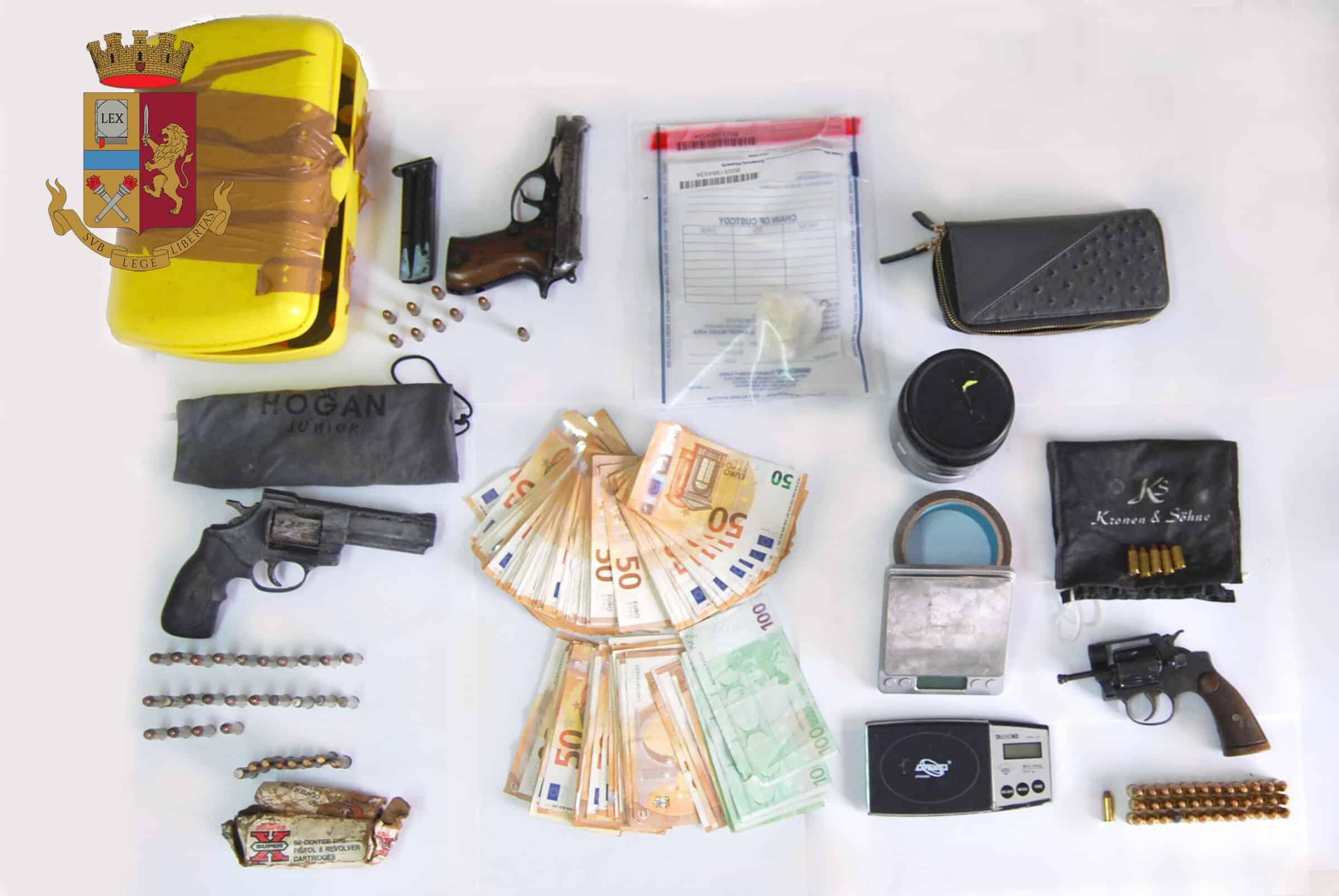 I sospetti, gli appostamenti e il blitz: 66enne scoperto con armi, droga e quasi 10mila euro