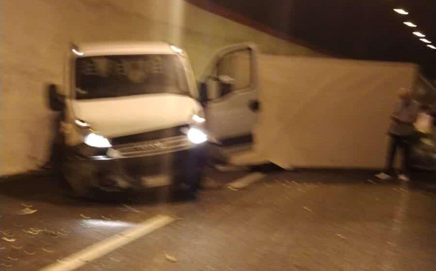 Incidente sulla Palermo-Mazara del Vallo, furgone contro parete della galleria: traffico bloccato