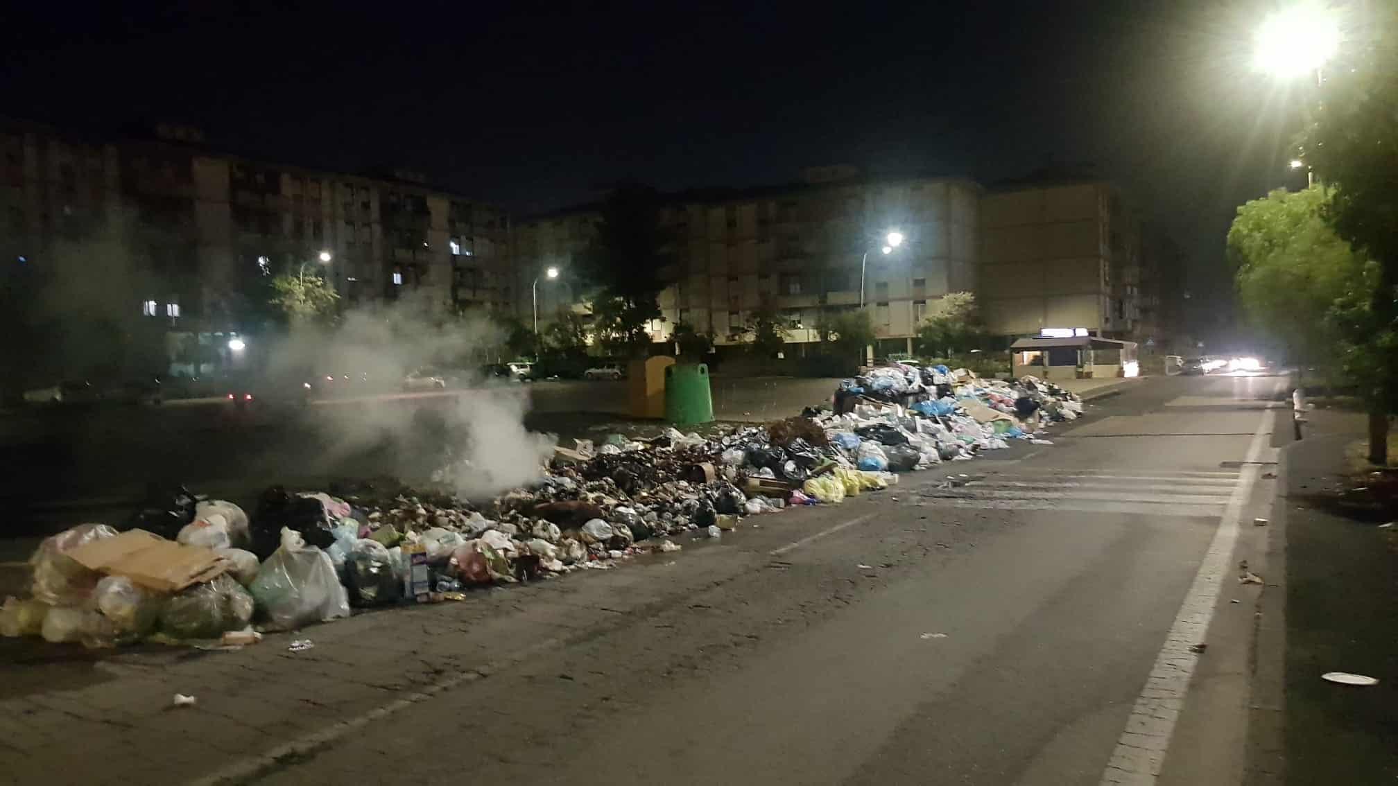 Aumentano le strade-discarica e spazzatura bruciata nel IV Municipio di Catania