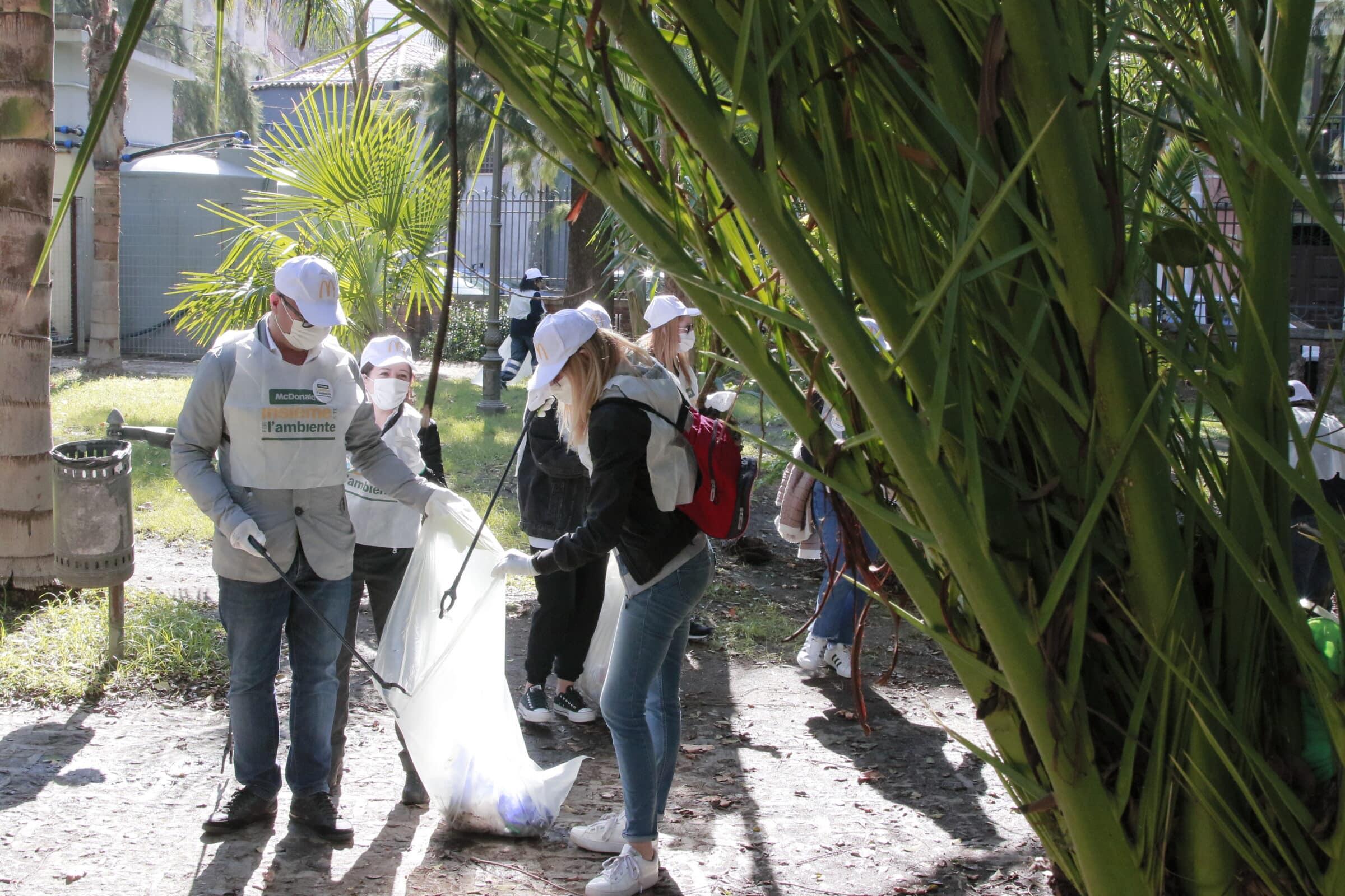 """Ambiente, McDonald's raccoglie i rifiuti e combatte il """"littering"""". L'amministrazione comunale: """"Segnale di attenzione"""""""