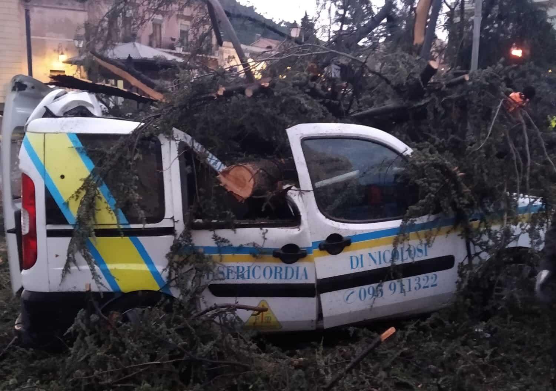 Maltempo a Catania, albero distrugge mezzo Misericordia Nicolosi: parte la raccolta fondi