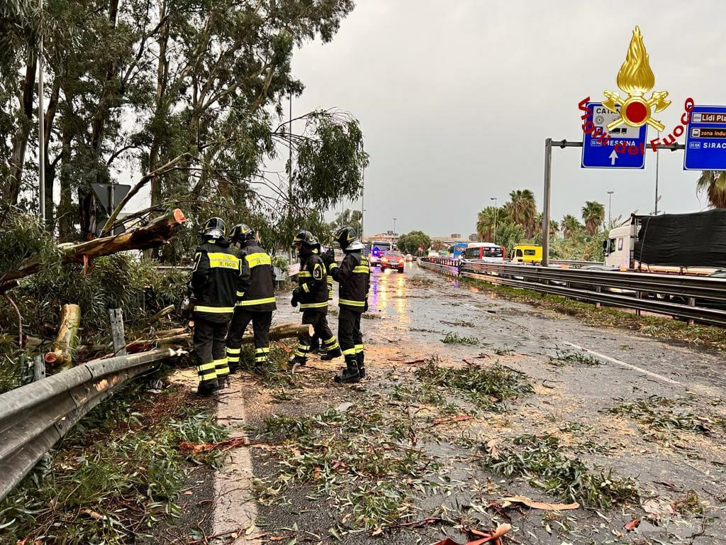 Tornado su Catania, decine di interventi dei vigili del fuoco: la SITUAZIONE in città – FOTO