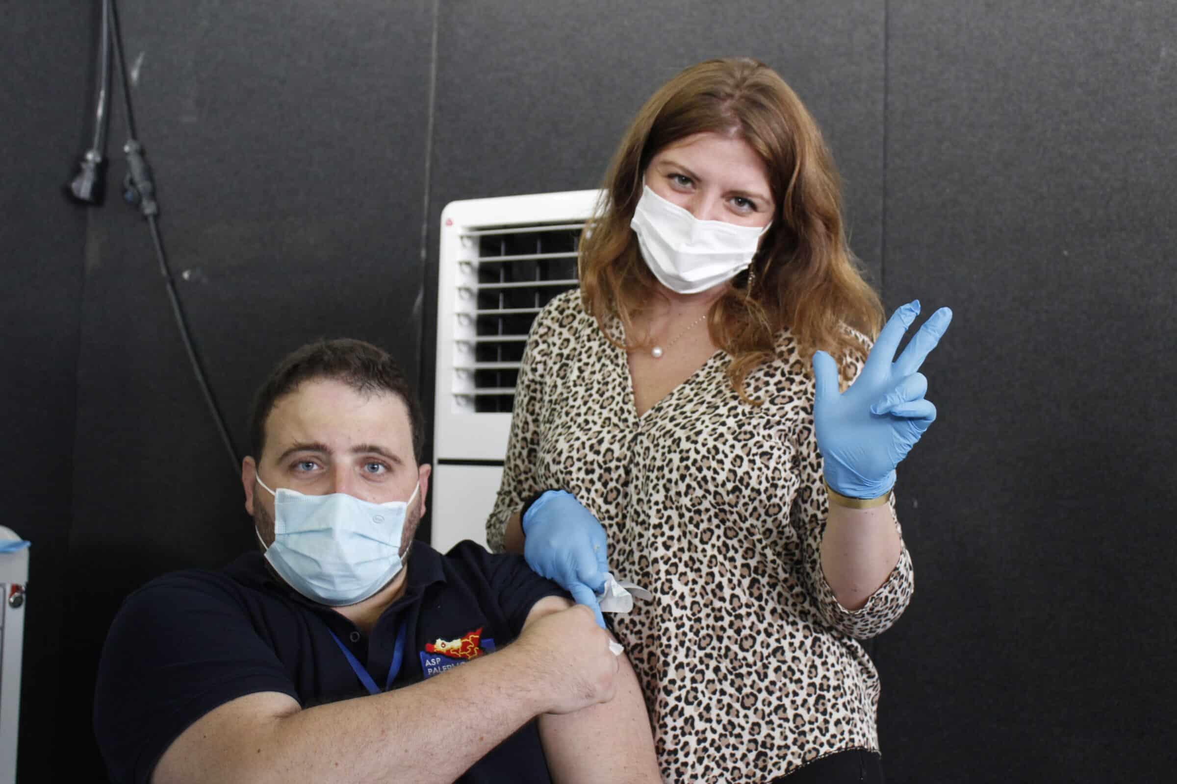 Vaccini, al via la terza dose alla Fiera del Mediterraneo: i medici dell'hub i primi a riceverla – FOTO