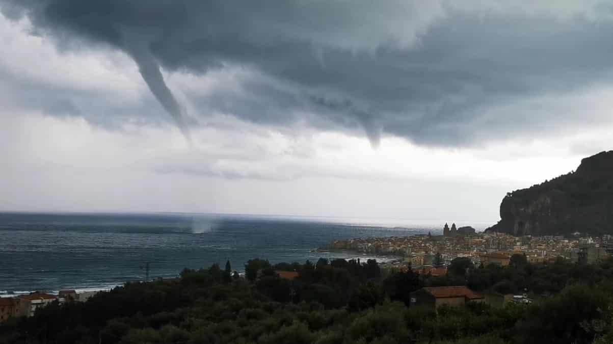 Maltempo in Sicilia, paurosa tromba d'aria sfiora la città: le immagini impressionano il web – VIDEO