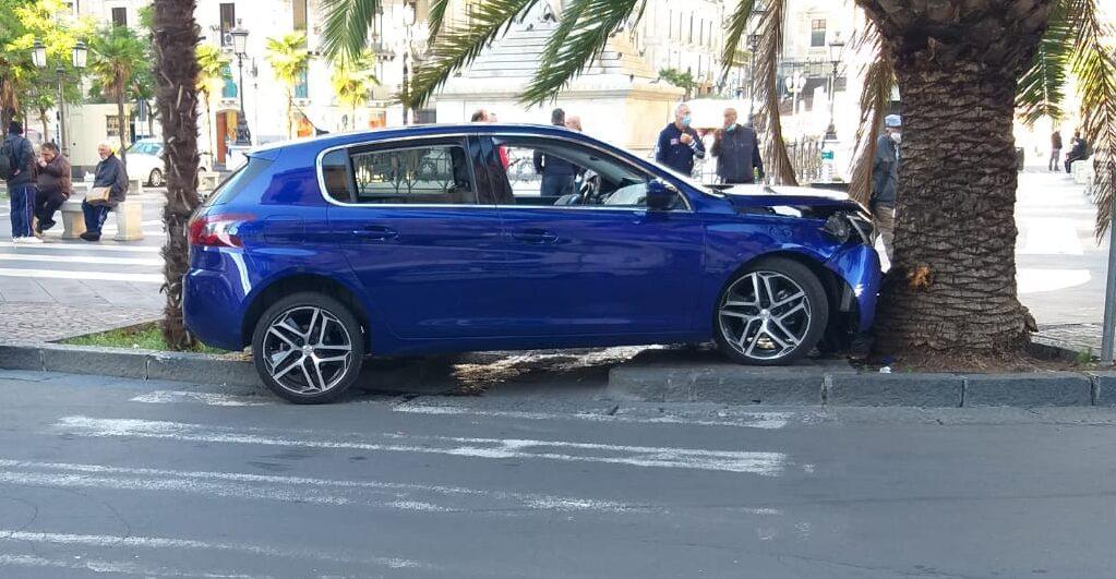 Catania, incidente in Piazza Stesicoro: Suv contro albero, ferito 22enne