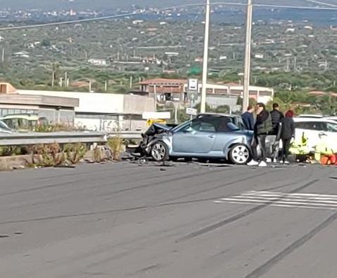 Audi TT incidente schianto sinistro scontro belpasso