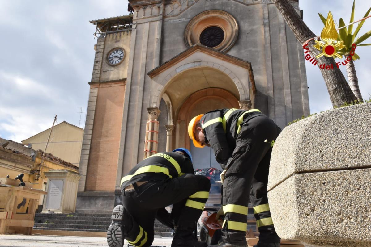 Emergenza sisma, operazioni di messa in sicurezza della chiesa di Pennisi - Le FOTO