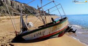 Un cimitero di barche inquinanti a Torre Salsa