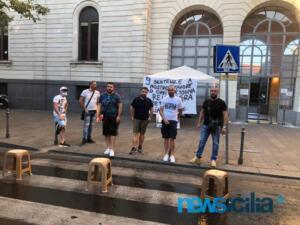 Ex autisti One Emergenza Catania protestano di fronte all'ospedale Garibaldi (6)