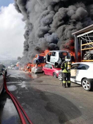 Deposito autodemolizione in fiamme