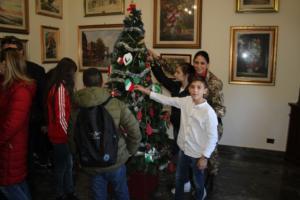 thumbnail_Alunni addobano con i militari l'albero della caserma Sommaruga