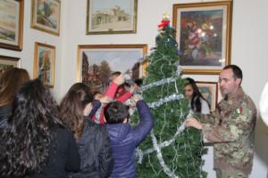 thumbnail_Alunni e militari addobbano l'albero di natale della caserma Sommaruga