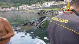 Imbarcazione distrutta dalle fiamme Santa Maria La Scala