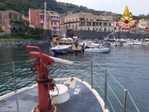 Incendio barca porto Santa Maria La Scala