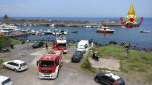 Barca fiamme porto Santa Maria La Scala